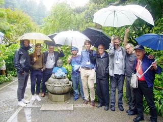 国際会議参加者を雨の明月院にご案内