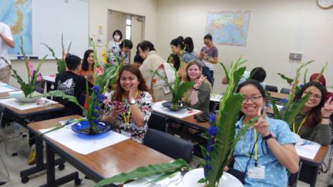 横浜国立大学サマープログラムの留学生の日本文化講義「いけばな」