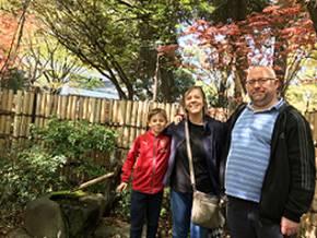 イギリス人親子、野球観戦の前に横浜の街並み散策を楽しむ
