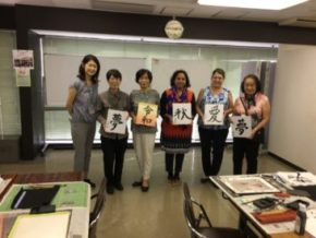 かなファンサポートウイーク日本文化紹介で書道のお手伝い