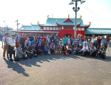 Asian Trainees Visit Enoshima Islet and Find Crab Burgers Tough to Eat