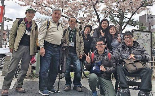 台湾人一家6名、待望のどら焼きに満面の笑み